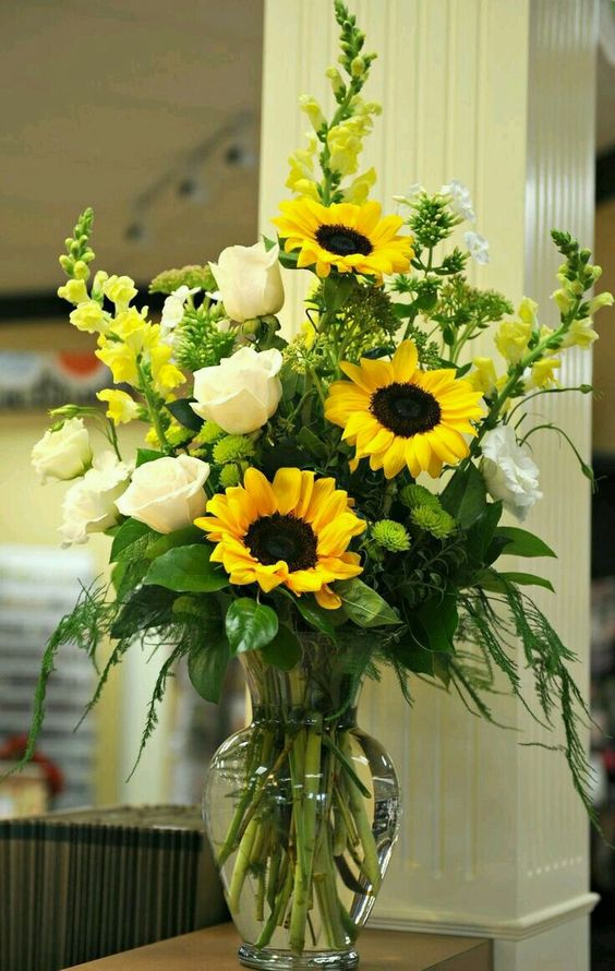 Букет із білих троянд та соняхів в інтер'єрі