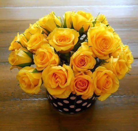 Яскраво-жовті троянди в букеті
