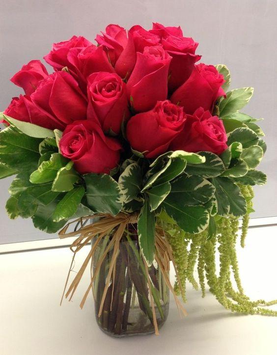 Букет із троянд і декоративних рослин