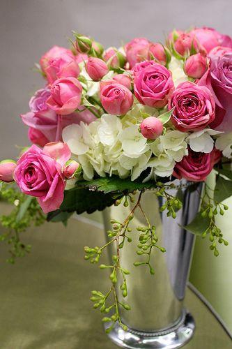 Металева ваза з трояндами