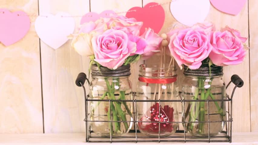 Букет троянд в скляних ємностях