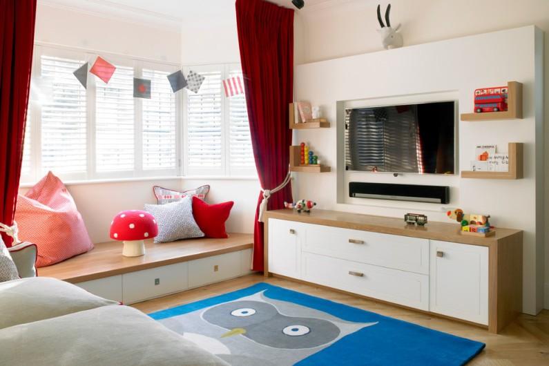 Надійні стійкі меблі з дерева для оформлення дитячої кімнати