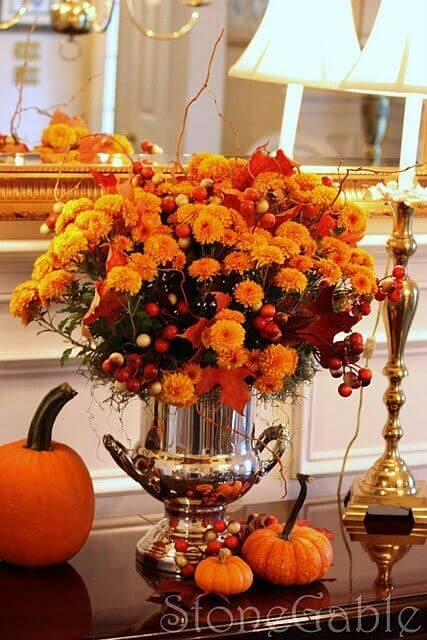 Декоративні гарбузи з хризантемами