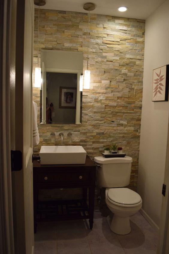 Використання каменю для декорування стіни у маленькій ванній