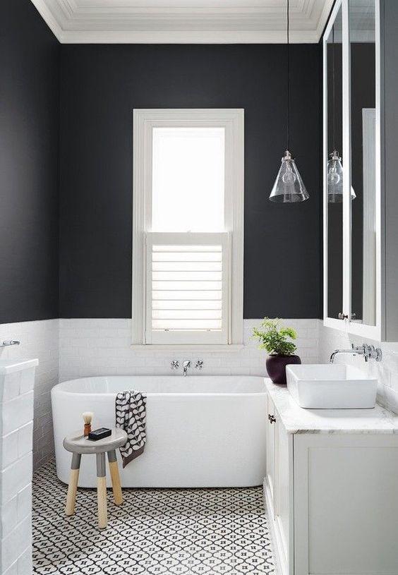 Маленька ванна кімната із стінами у темнтх кольорах