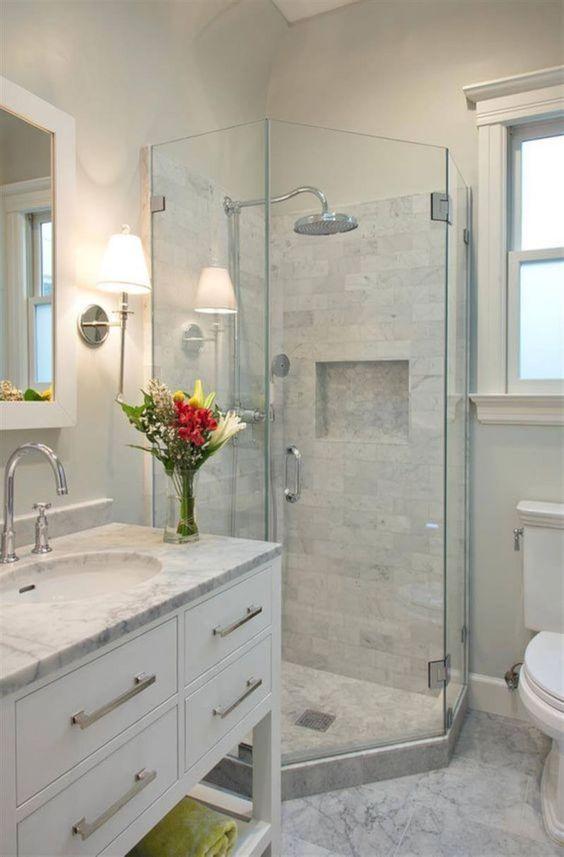 Світле мармурове оздоблення у ванній