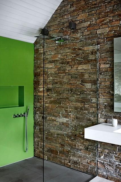 Невелика ванна кімната з душовим відсіком