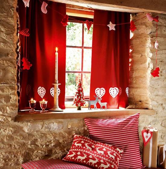 Новорічний декор вікна у червоних кольорах