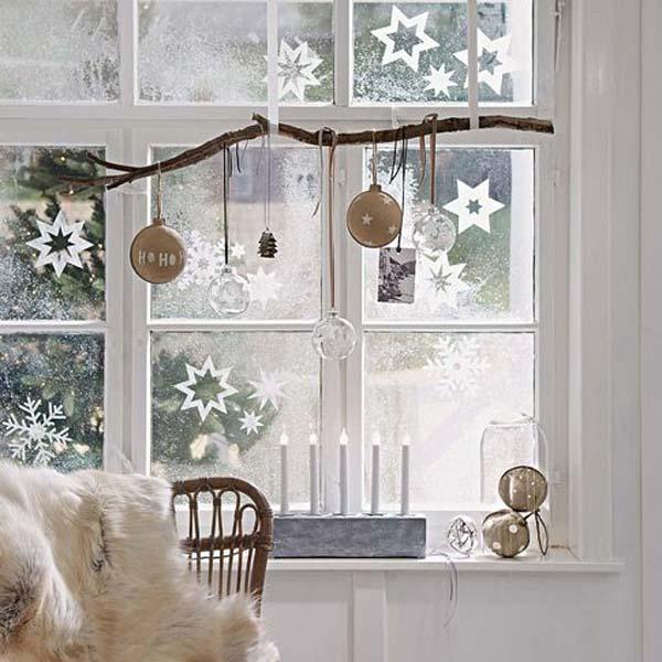 Сніжинки та зірки у святковому оформленні вікна в скандинавському стилі