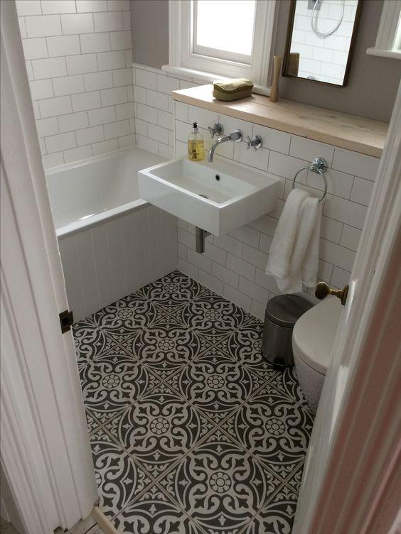Візерунчаста плитка на підлозі ванної