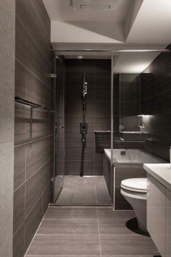 Горизонтально укладена темна плитка у ванній