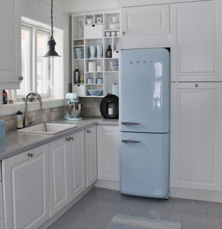 Зручний сучасний холодильник в інтер'єрі кухні