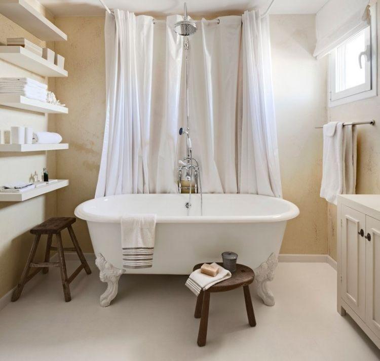 Білі дерев'яні фарбовані полиці у ванній кімнаті