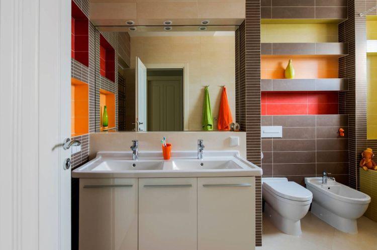 Ніша у ванній кімнаті з вбудованими полицями, облицьованими плиткою