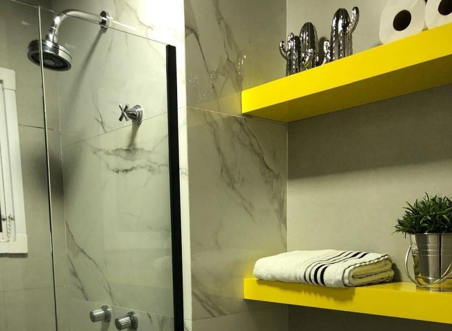 Полиці у ванній кімнаті: функціональні ідеї