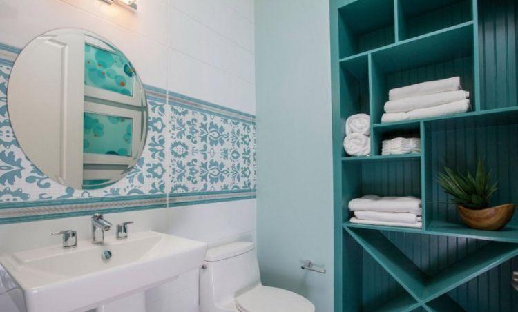 Полиці з дерева, вбудовані у нішу, в інтер'єрі ванної кімнати