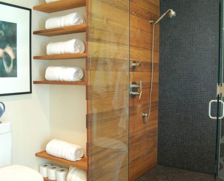 Відкриті дерев'яні полиці у ванній