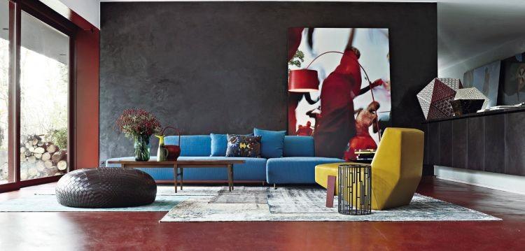 Диван аметистового кольору у вітальні