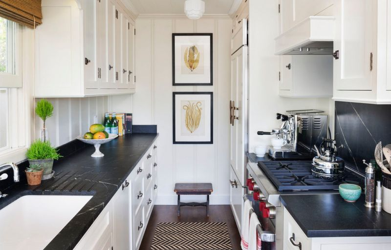 Декоративні акценти на глухій стіні в інтер'єрі дворядної кухні