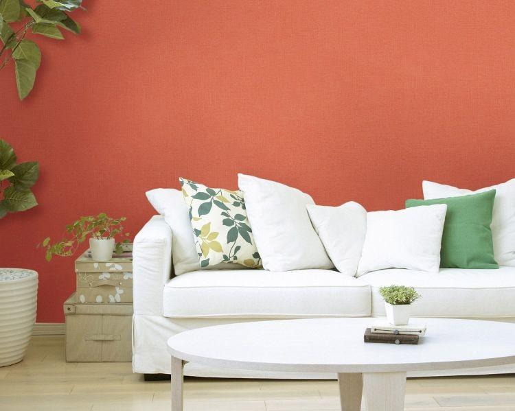 Стіна модного у 2019 році коралового кольору в інтер'єрі вітальні