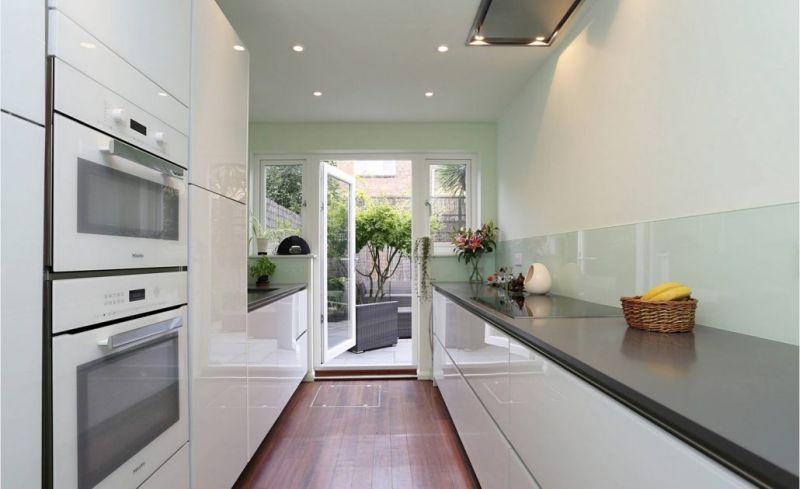 Кухня у дві лінії, одна з яких без верхнього ярусу