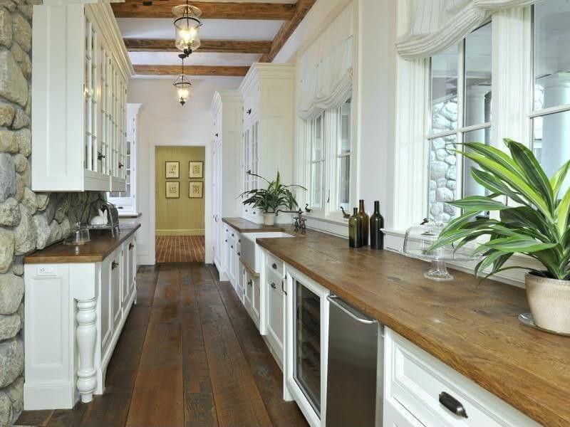 Одна з ліній дворядної кухні вужча за іншу