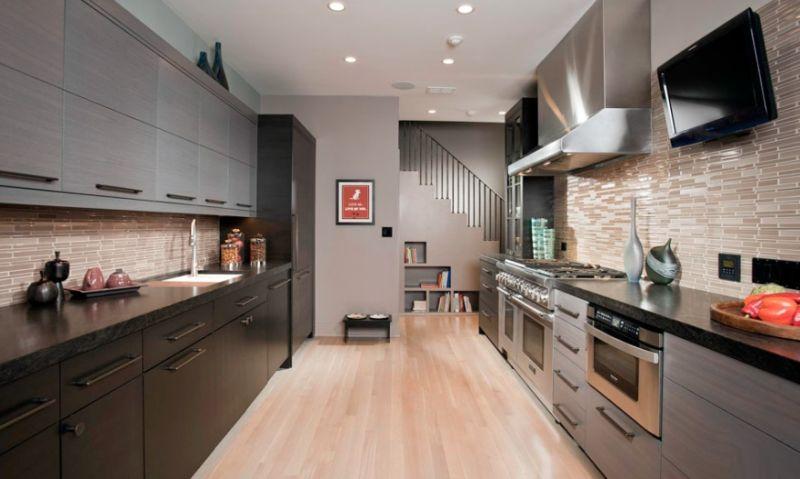 Простора кухня з меблями, розташованими у дві лінії