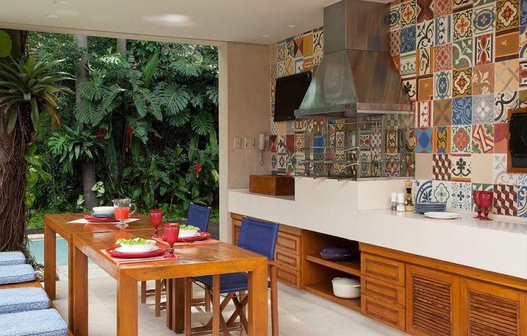 Яскравий дизайн кухні з кольоровими принтами на кахлях
