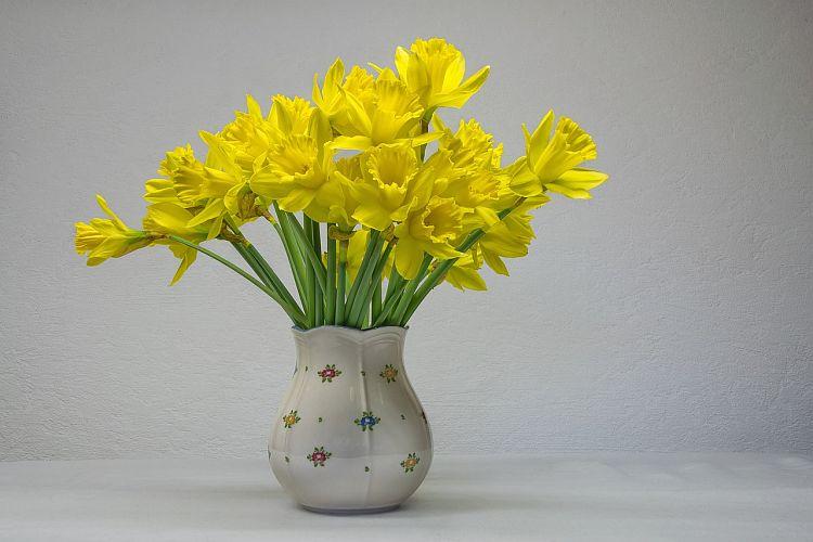 Керамічна ваза з букетом нарцисів