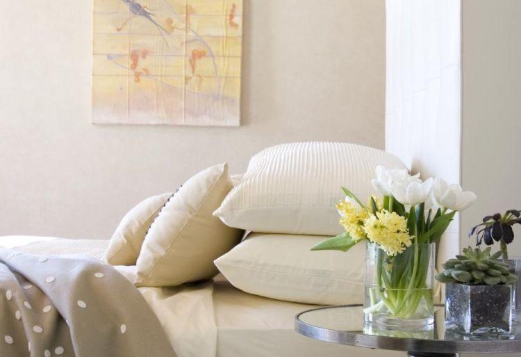 Весняні квіти: букет з білих тюльпанів та жовтих гіацинтів