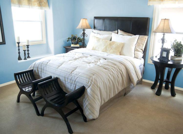 Стіни ніжного блакитного кольору в інтер'єрі спальні