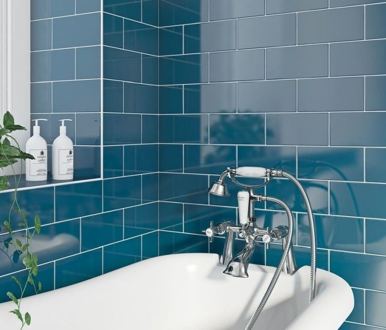 Керамічна плитка кольору морської хвилі у ванній кімнаті