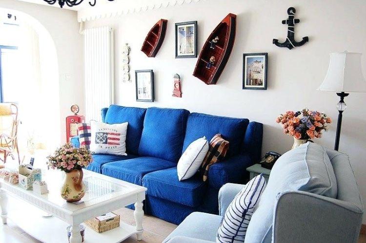 Класичне поєднання морських кольорів з білим у вітальні