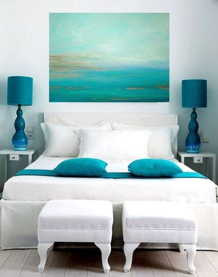 Відтінки синьої палітри в інтер'єрі білої спальні