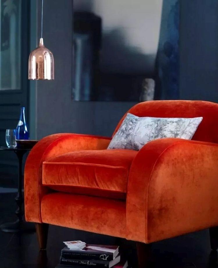 Стильне крісло з оббивкою з оксамита