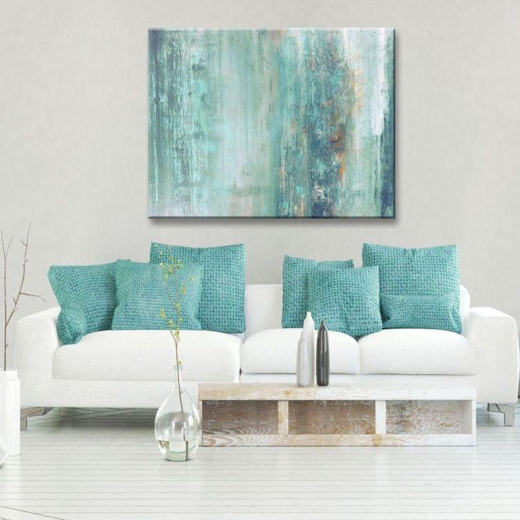 Мінлива морська палітра в інтер'єрі вітальні: абстрактна картина та декоративні подушки