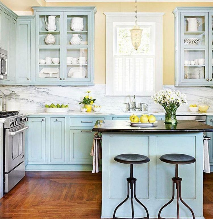 Морські кольори кухонних меблів у поєднанні з натуральною деревиною