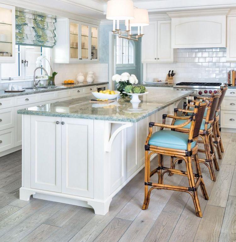 Інтер'єр білої кухні з додаванням відтінків блакитного та натуральної деревини