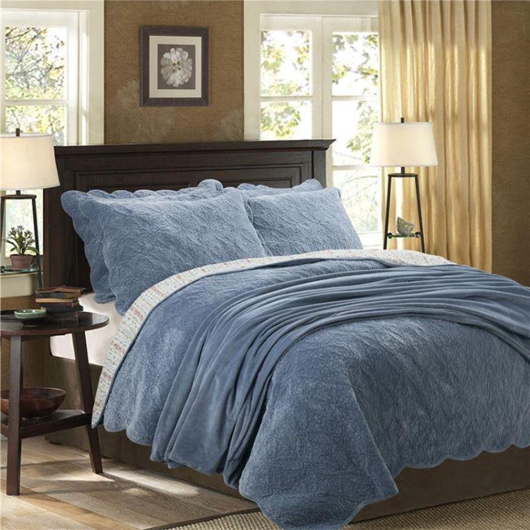 Оксамитова ковдра на ліжку