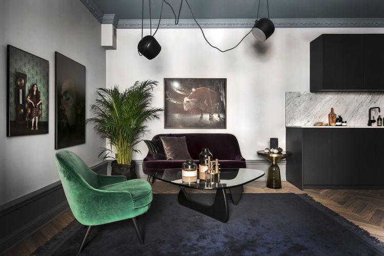 Оксамитове крісло в мінімалістському дизайні