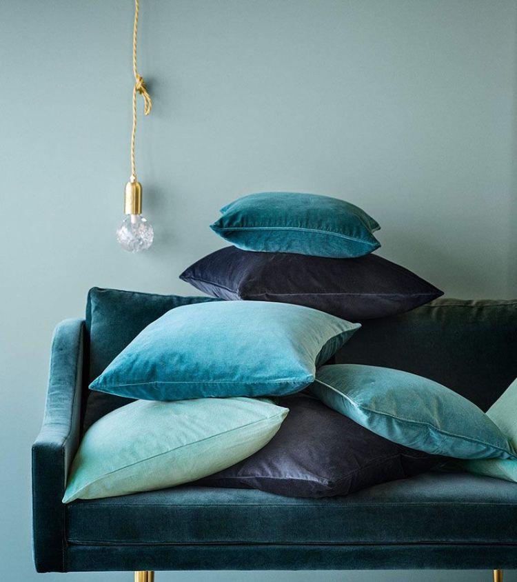 Декоративні оксамитові подушки у вітальні