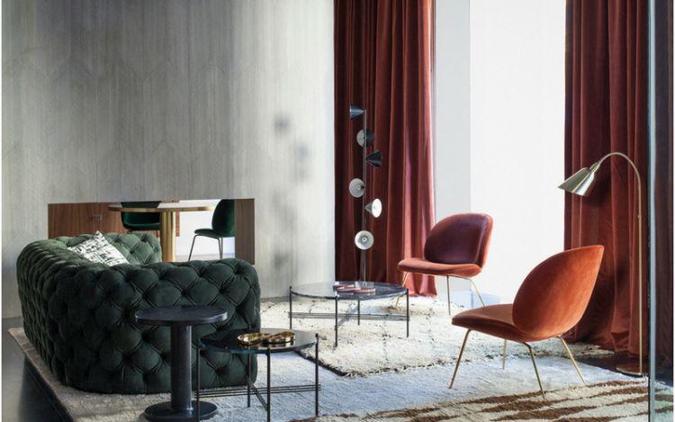 Зручні оксамитові стільці