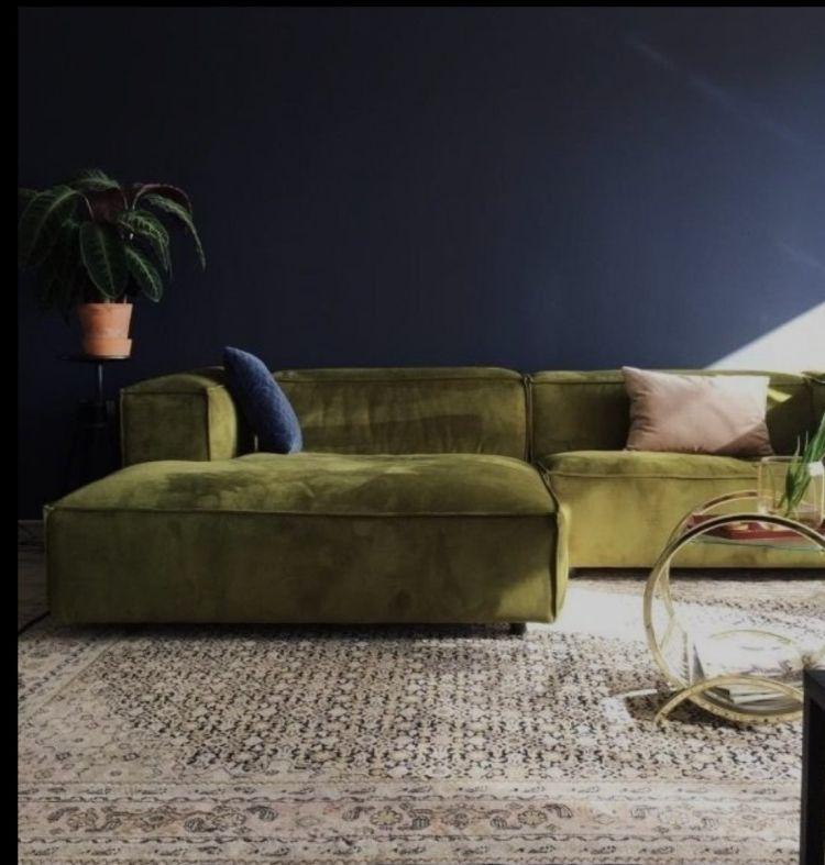 Зручний оксамитовий диван в інтер'єрі вітальні