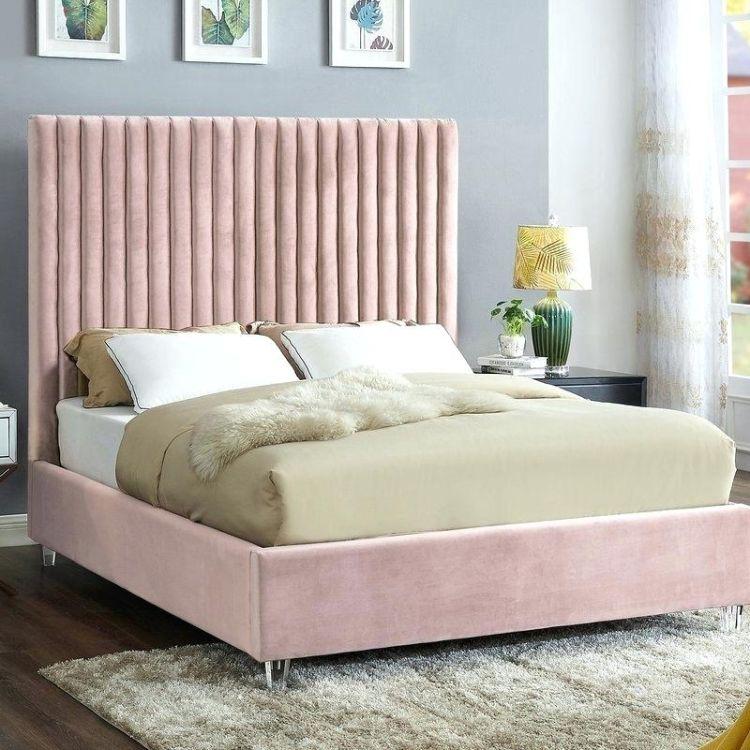 Ніжне рожеве ліжко з оксамитовою оббивкою