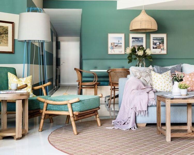 Пісочні та блакитні відтінки на смарагдовому тлі інтер'єру вітальні