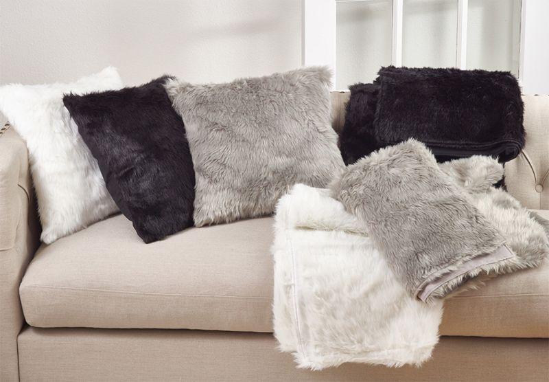 Теплі декоративні подушки та пледи для зимового інтер'єру