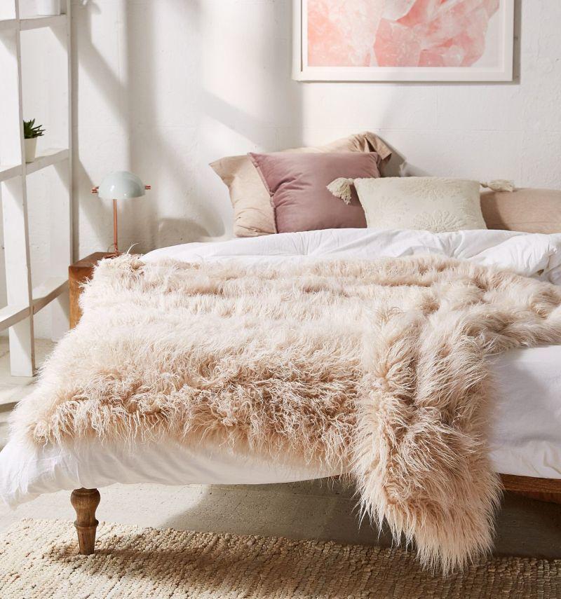 Пухнаста ковдра в інтер'єрі спальні