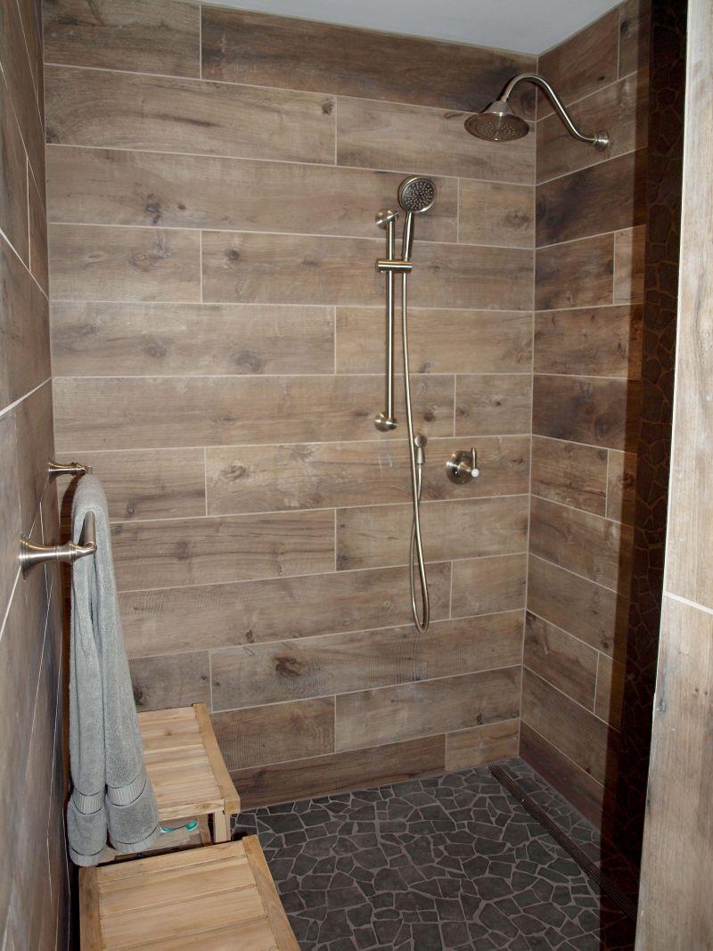 Душова кабіна без піддона, оздоблена дерев'яними панелями