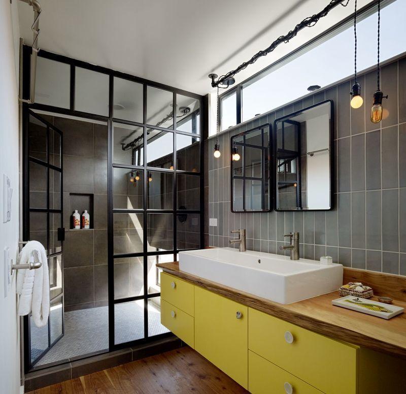Чорно-жовтий дизайн ванної кімнати з душем без піддона