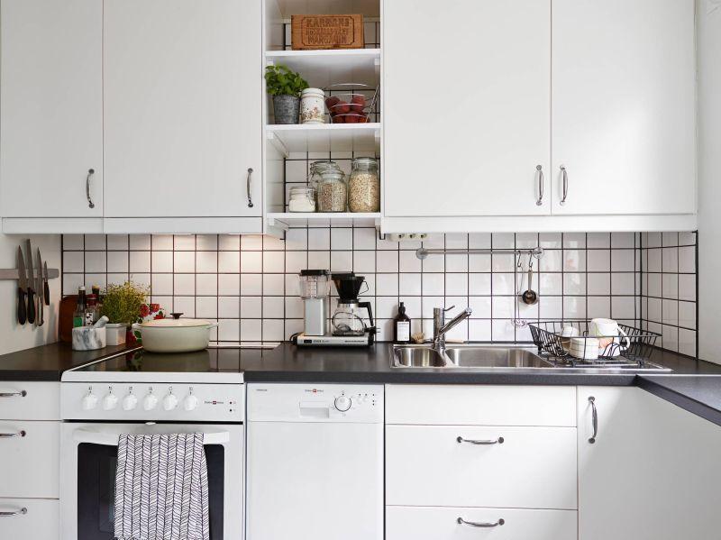 Чорні шви та біла плитка - кухонний фартух в скандинавському інтер'єрі